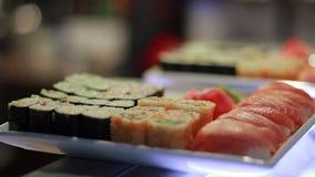 Petit pain de sushi de plat. banque de vidéos