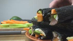 Petit pain de sushi faisant la nourriture japonaise clips vidéos