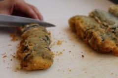 Petit pain de sushi frit chaud : Petits pains de sushi de coupe de couteau Photos stock