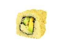 Petit pain de sushi japonais traditionnel la Californie avec le crabe et l'avocat et le concombre d'isolement sur le fond blanc Image libre de droits