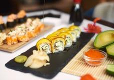Petit pain de sushi nouvellement préparé couvert par la sauce à teriyaki photographie stock
