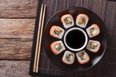 Petit pain de sushi Philadelphie et sauce de soja, plan rapproché principal horizontal v photo stock