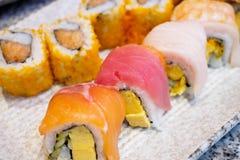 Petit pain de sushi réglé du plat photographie stock