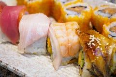 Petit pain de sushi réglé du plat photos stock