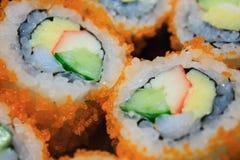 Petit pain de sushi, rangée des sushi de petit pain de maki de la Californie Photographie stock libre de droits