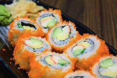 Petit pain de sushi, rangée des sushi de petit pain de maki de la Californie avec le caviar Photographie stock libre de droits