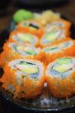 Petit pain de sushi, rangée des sushi de petit pain de maki de la Californie Photo libre de droits