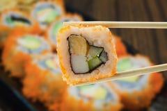 Petit pain de sushi, rangée des sushi de petit pain de maki de la Californie avec le caviar Photographie stock