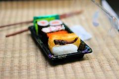 Petit pain de sushi de sauterelle photo stock