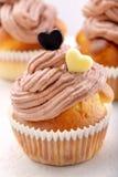 Petit pain de Valentine avec deux coeurs sur le fond blanc Photo stock