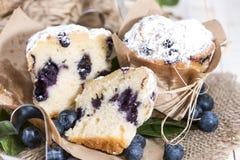 Petit pain divisé en deux de myrtille Photo stock