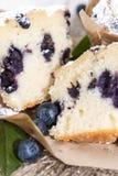 Petit pain divisé en deux de myrtille Images stock