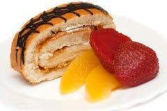 Petit pain doux avec des pêches et des fraises image stock