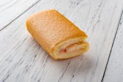 Petit pain doux de saveur de fraise sur le bois Photos libres de droits