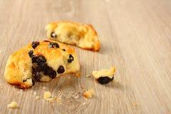 Petit pain doux gratuit de remous de gluten frais avec des raisins secs Photo libre de droits