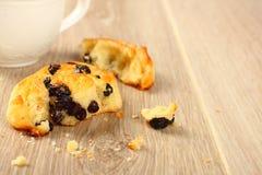 Petit pain doux gratuit de remous de gluten frais avec des raisins secs Images libres de droits
