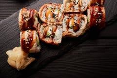 Petit pain du Canada avec l'anguille servie avec du gingembre mariné image stock