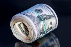 petit pain du dollar avec la bande sur le fond noir Photo libre de droits