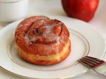 Petit pain et café de cannelle de petit déjeuner Image libre de droits