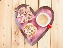 Petit pain et café de cannelle frais Images libres de droits