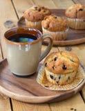 Petit pain et café de myrtille Images stock