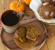 Petit pain et café de potiron Images stock
