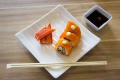 Petit pain et crabe de sushi avec des baguettes Images libres de droits