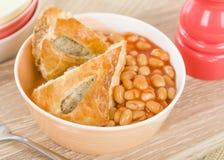 Petit pain et haricots de saucisse image stock