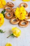 Petit pain et roses jaunes sur le conseil léger Photo libre de droits