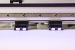 Petit pain et roue de papier blanc dans la grande machine de jet d'encre de format d'imprimante pour des affaires industrielles photos stock