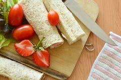 Petit pain et salade de pain de plat en bois de côtelette photos stock