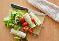 Petit pain et salade de pain sur la planche à découper images stock
