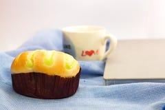 Petit pain et tasse d'amour de café photographie stock libre de droits