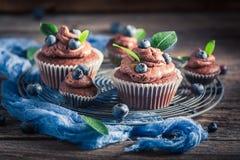 Petit pain fait maison avec du chocolat, les myrtilles et la crème frais Images libres de droits