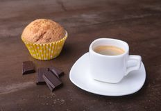Petit pain fait maison avec les raisins secs et le café classique d'expresso de tasse Foyer sélectif Image libre de droits