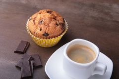 Petit pain fait maison avec les raisins secs et le café classique d'expresso de tasse Foyer sélectif Images stock