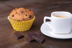 Petit pain fait maison avec les raisins secs et le café classique d'expresso de tasse Foyer sélectif Photos stock