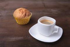 Petit pain fait maison avec les raisins secs et le café classique d'expresso de tasse Foyer sélectif Photographie stock