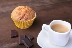 Petit pain fait maison avec les raisins secs et le café classique d'expresso de tasse Foyer sélectif Images libres de droits