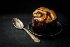 Petit pain fait maison de levure avec du chocolat Images libres de droits