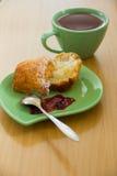 Petit pain fait maison frais avec la confiture d'un plat vert photos libres de droits