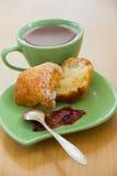 Petit pain fait maison frais avec la confiture et une tasse de thé photo stock