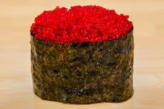 Petit pain frais avec le caviar rouge Images stock