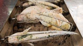 Petit pain grillé salé de poissons sur le fourneau de charbon de bois Image stock