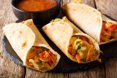 Petit pain indien Frankie de Veg de rue bourré des légumes en gros plan images stock