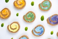 Petit pain minimal coloré crémeux délicieux de gâteau sur le fond blanc photos libres de droits