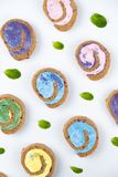 Petit pain minimal coloré crémeux délicieux de gâteau sur le fond blanc photo libre de droits