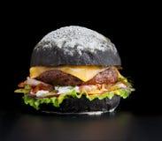Petit pain noir avec une côtelette Photos libres de droits