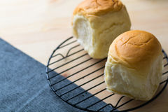 Petit pain organique frais fait maison doux délicieux de plan rapproché, table du Br Photo libre de droits