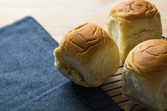 Petit pain organique frais fait maison doux délicieux de plan rapproché, table du Br Photo stock